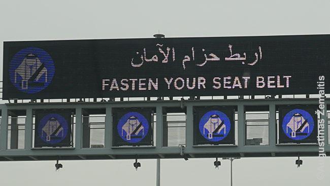 Kelio ženkluose Katare - tradiciniai rūbai. Kataras labai akcentuoja savo kultūrą ir nori tapti kultūrine supervalstybe, arabų pasaulio centru