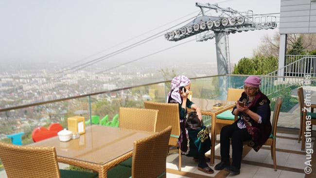 Bobutės tautiniais rūbais geria kavą prestižinėje vietoje:  Kioktiobėje, pasikėlus vienu naujųjų Almatos lynų keltuvų