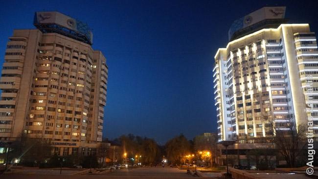 Almatos Respublikos aikštė. Liūdnai išgarsinta kruvinųjų 1986 m., kai, kazachai protestavo prieš ruso paskyrima Kazachijos TSR vadovu, o sovietai atidengė ugnį. Žuvo gal 250 žmonių, bet viskas slėpta. Tai buvo pirmoji tokia akcija prieš Sovietų Sąjungą