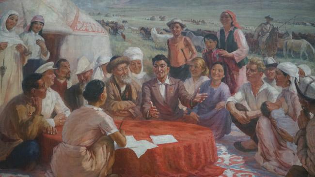 """Kiekvienas Kazachijos miestas pastatytas sovietų laikais, taigi, visur pilna sovietinių freskų, mozaikų, o meno muziejuose - socrealistinių darbų (kaip šis Almatos meno muziejuje, kur nutapyti kolūkiečiai). Nes iki sovietų kazachai buvo klajokliai ir sąvokų """"miestas"""", """"profesionalus menas"""" jiems nereikėjo."""