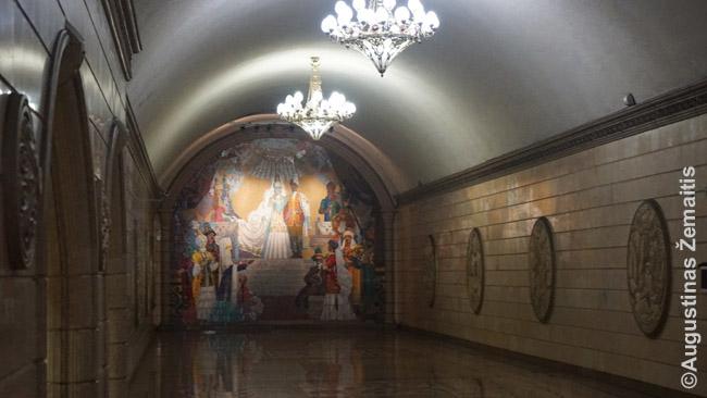Almatos metro stotis 'Auezovo teatras', įrengta spektaklių tematika