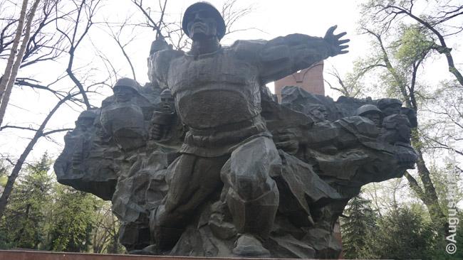 Paminklų sovietų aukoms pamažu atsiranda, bet nei dydžiu, nei vieta jie neprilygsta 'Didžiojo tėvynės karo' memorialams, kaip šis Almatos Panfilovo parke. Didžiuoju tėvynės karu sovietai vadino Antrąjį pasaulinį karą, o Kazachijoje šis pavadinimas dar nelogiškesnis, nei Lietuvoje: juk naciai nė nemėgino užimti Kazachijos, tai kokios tėvynės karas? Šimtai tūkstančių kazachų tiesiog priverstinai išvežti ginti Rusijos ir už ją sudėjo galvas