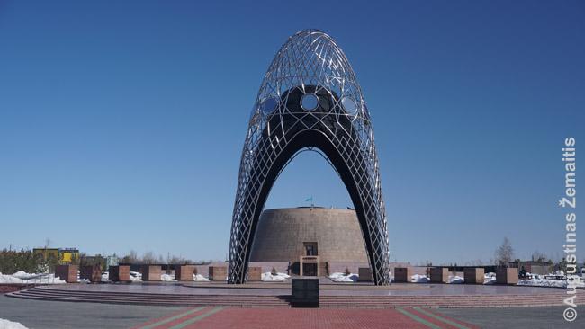 Alžir memorialas, primenantis čadrą, kurias sovietai privertė kazaches nusirengti. Ir dabar nedaug kas jas vilki.