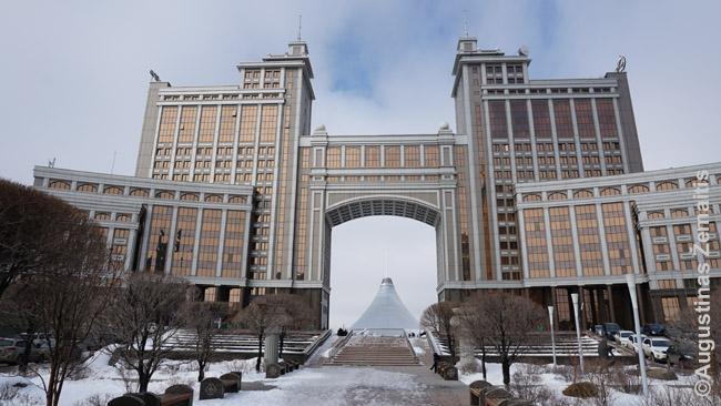 Anapus Kazmunaigaz dujų kompanijos (vieno Kazachijos ekonomikos ramsčių) štabo - Chan Šatyr prekybos centras