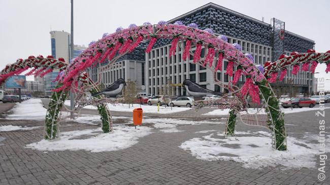 Nauruzo papuošimai. Jie Kazachijos miestus puošia gerą mėnesį, kaip pas mus Kalėdų eglutės. Nursultane kovo pabaigoje jie atrodė visai ne vietoje: kokios čia gėlės, kai speigas? Bet viskas Kazachijoje pasikeitė stebėtinai greitai, sniego patalas virto purvu ir gatvių ežerais, ir balandžio viduryje Almatoje jau laukė +21 temperatūra
