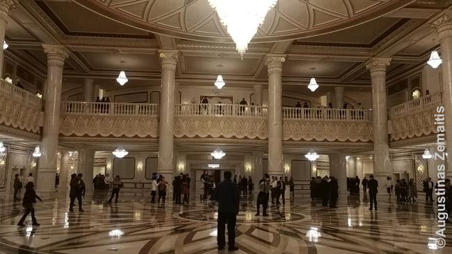 Nursultano opera, pastatyta italų architektų, vienas brangiausių Nursultano statinių. Būnant viduje sunku patikėti, kad pastatui ne keli šimtmečiai, o vos keli metai
