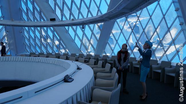 Salė piramidės viršūnėje. Mergina su kepure - gidė. Kazachijoje daugybė specialybių reikalauja uniformų ir į beveik visas įeina kepurės