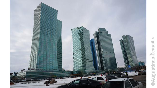 Šiaurės pašvaistės ir Emerald Towers komplekso dangoraižiai Astanoje