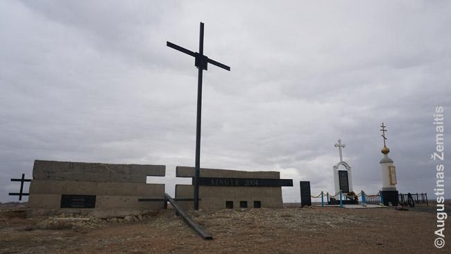 Paminklas lietuviams tremtiniams Kingyre, prie Žezkazgano. Lietuviai paminklus saviškiams pradėjo statyti dar ~1990 m. (iš tų laikų - nugriuvęs kryžius), vėliau plėtė. Šie paminklai apaugo ir kitų tautų paminklais (dešinėje)