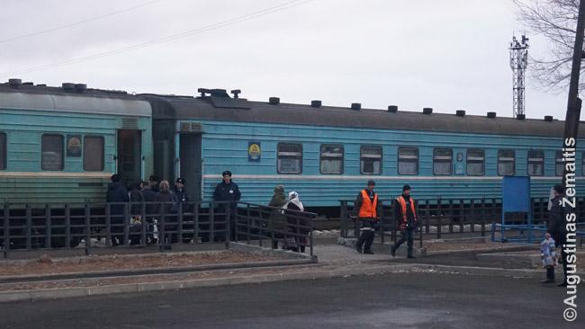 Konduktoriai leidžia į traukinį Žezkazgane. Kadangi šis stovėjo per naktį, į jį nereikia skubėti.