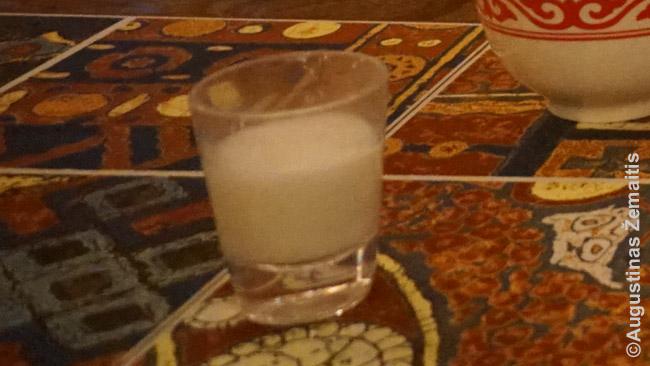 Stikliukas kumyso aperityvui tradiciniame restorane Almatoje