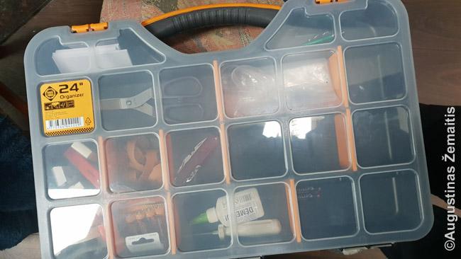 Įrankių dėžė su į kelionę automobiliu imamais daiktais
