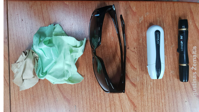 Akinių servetėlės, juodi akiniai (uždedami ant kitų akinių). akinių valiklis ir objektyvo valiklis