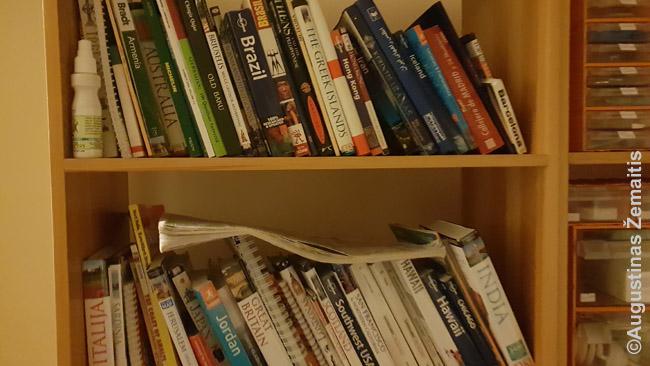 Tik dalis mano kelionių knygų lentynos. Dabar dažniau iš jos imu knygas pasiruošimui kelionei (pvz. lygindamas įspūdingiausias vietas sprendžiu, kur keliauti), nei pačiam kelionės planavimui ar keliavimui