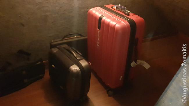 Dešinėje - mano pagrindinis lagaminas, kurį įsigijau Tailande.