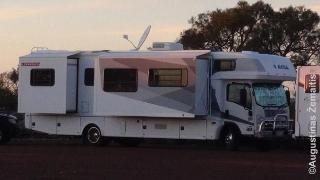 Kemperis-autobusas Australijoje. Net su satelitine antena!