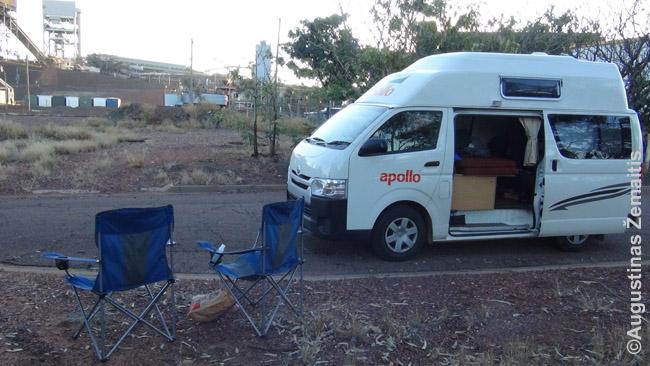 Valgysime ant sulankstomų kėdžių prie kemperio Australijoje