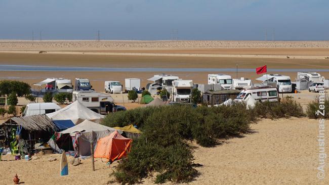 Kempingas Vakarų Sacharoje - eilės kemperių, palapinės, keli pastatai aptarnavimui (kavinė, tualetai, dušai)