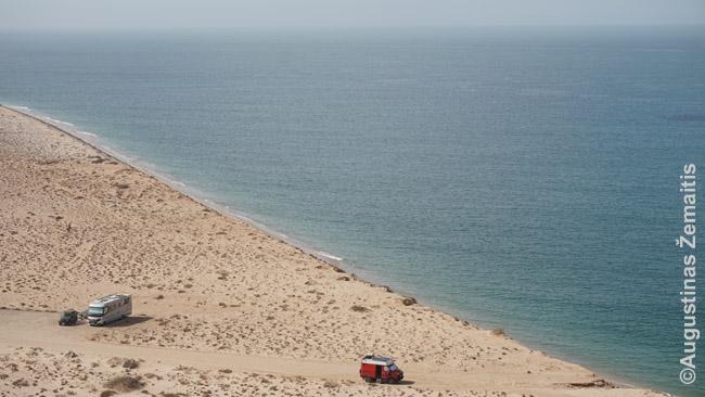 Prancūzai pasistatė kemperius Vakarų Sacharoje, vienuj vieni ant Atlanto vandenyno kranto