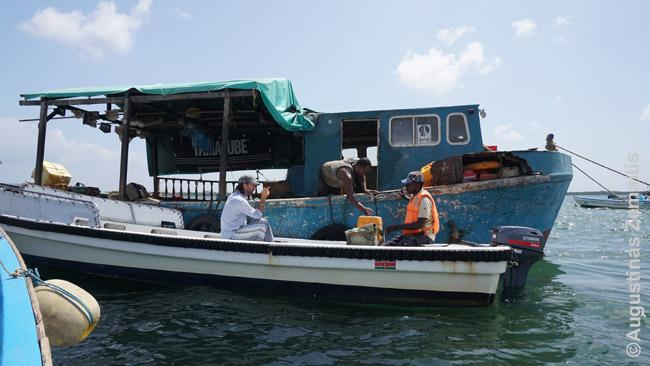 Kai Lamu motorinėms valtims baigiasi degalai, jos jų prisipila nuo šio laivo-degalinės, veikiančio 24 val.