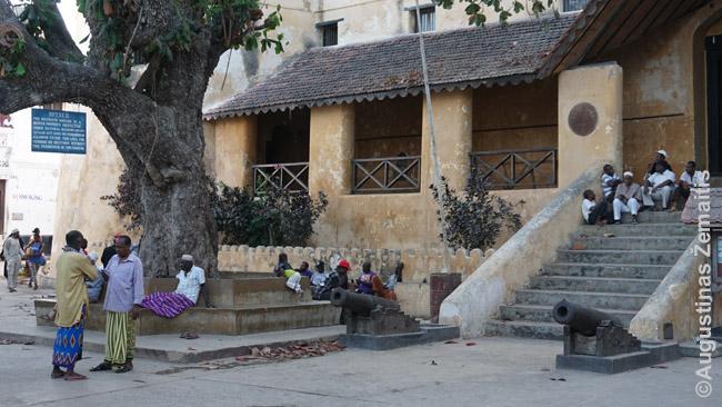 Vyrai prie Lamu forto Kenijoje