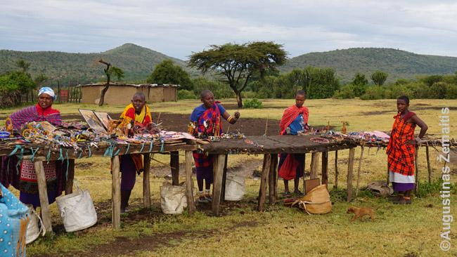 Prekeiviai prekiauja nuo pasiruoštų stalų masajų kaime