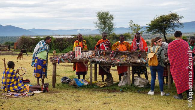 Suvenyrų prekyba masajų kaime