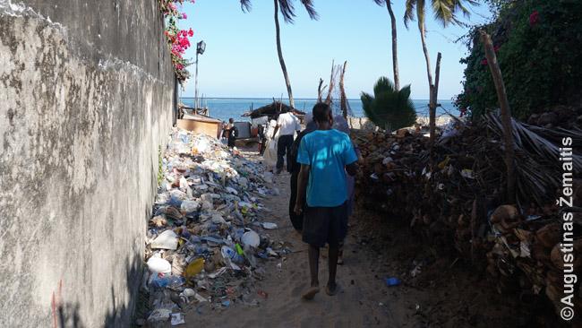 Viešas takas į Mombasos paplūdimį, kuriuo ateina vietiniai