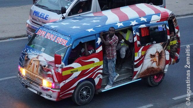 """Matatu """"Didelė tauta"""", ištapytas JAV vėliavos tematika. Kenija – viena proamerikietiškiausių pasaulio šalių"""