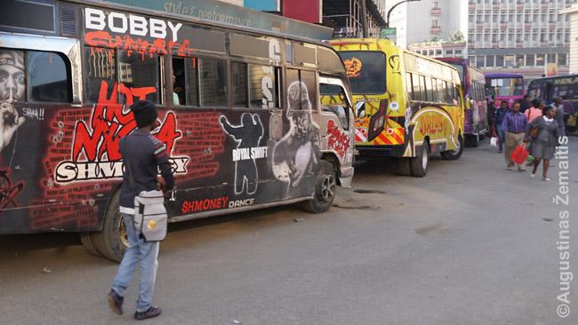 Matatu Nairobio autobusų stotyje (tiksliau - gatvės ruože, kur renkasi autobusai)