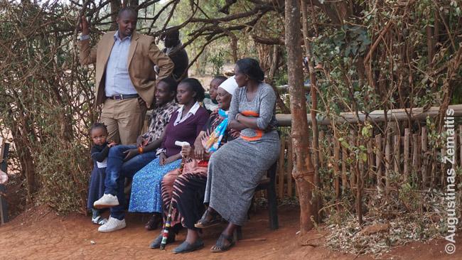 Turtingesnių keniečių šeima atsivedė vaikus pažiūrėti drambliukų