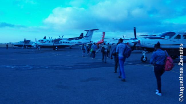 Keleiviai eina į savo lėktuvą