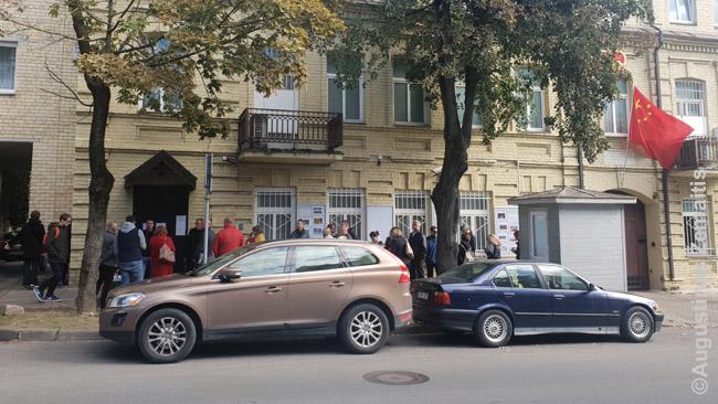 Gyva eilė prie Kinijos ambasados Vilniuje