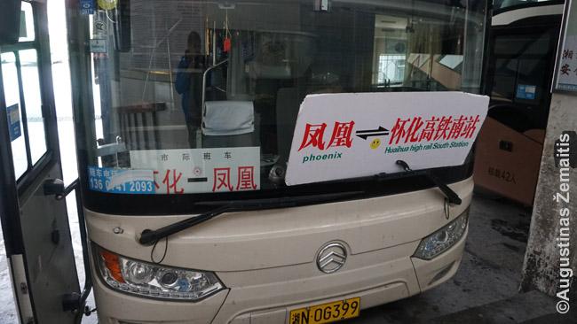 Vienintelis kartas, kai ant autobuso kryptis mačiau parašytas angliškai. Tiesa, realybėje autobusas važiuoja ne iš Fynikso į Huaihua aukštą traukinių stotį, o iš Fenghuango į Huaihua greitųjų traukinių stotį