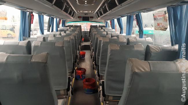Kinijos autobuso vidus su šiukšliadėžėm-spjaudyklėm