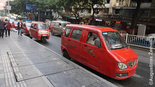 Mikroautomobiliai Čongčinge. Kinijoje tokiais važinėja net šeimos, jie vietoje ir gaminami