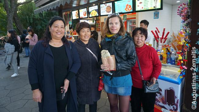 Vieni iš kinų, paprašę keleto bendrų nuotraukų su mumis (čia pozuoja su mano žmona)