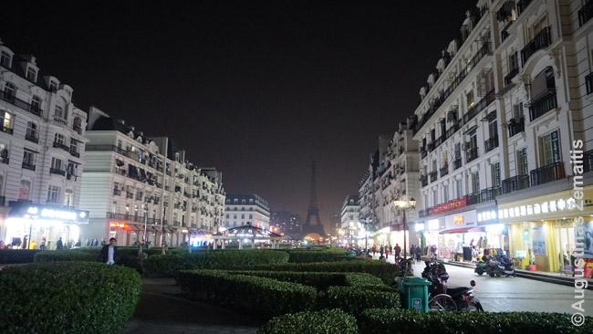 Nors vakarietiškų minčių Kinija dar prisibijo, vakarietiškus menus ir stilius imituoja godžiai. Hangdžou mieste pastatytas 'naujas Paryžius' su kiek sumažinta Eifelio bokšto kopija ir paryžietišku bulvaru.