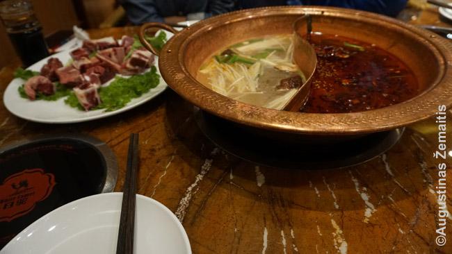 Hot Pot ant stalo: viršuje dešinėje esančiame bliūde maistas verda (šis virimo būdas vadinamas jin-jang, nes vienas skystis yra aštresnis, kitas - mažiau aštrus). Žalia mėsa imama iš lėkštelės ir, išvirta, dedama į savo lėkštelę ant susirinkto garnyro