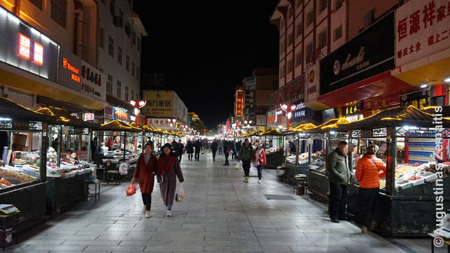 Naktinis turgus - kinų mėgstama vieta pavalgyti, nors jie ir nėra tokie gajūs, kaip kitur Azijoje