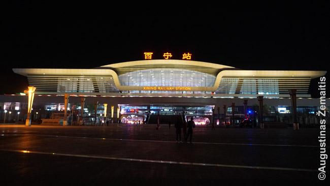 Siningo traukinių stotis. Net provincijos miestų stotys - gigantiškos ir neretai architektūriškai įspūdingos. Juk greitieji geležinkeliai - pelnytas šiuolaikinės Kinijos pasididžiavimas