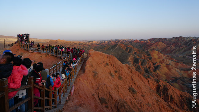 Džangje geoparkas ne sezono metu, spalio mėnesį. Sunku įsivaizduoti, kiek žmonių čia pasitinka saulėlydį per nacionalines atostogas - kažin, ar išvis įmanoma čia užlipti