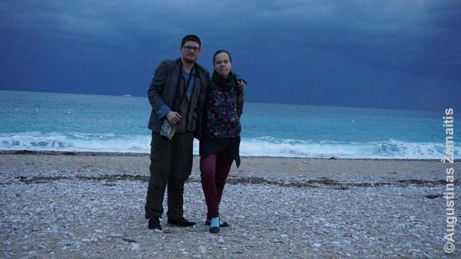 Aistė ir aš tuščiame Albanijos kurorto paplūdimyje vakarėjant