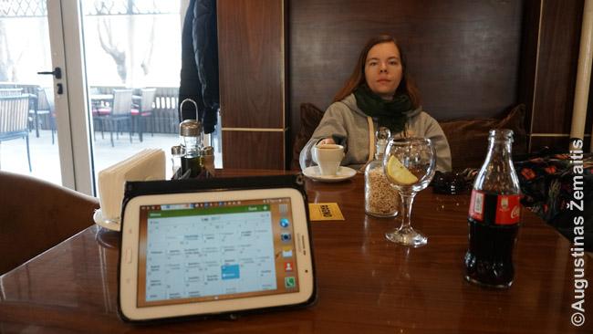 Darbotvarkė planšetės ekrane laukiant pusryčių Kosove