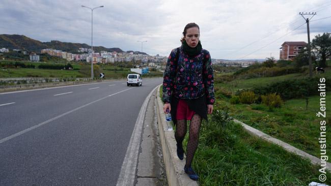 Naujuose Tiranos rajonuose striuka su šaligatviais ir praėjimais. Kelių kilometrų pasivaikščiojimas virto keliolikos kilometrų pasivaikščiojimu