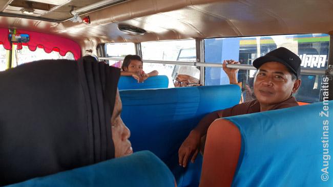 Akių negalintys atitraukti keleiviai autobuse Bima-Sapė