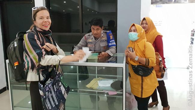 Bendrai nuotraukai pakvietę Bimos oro uosto darbuotojai
