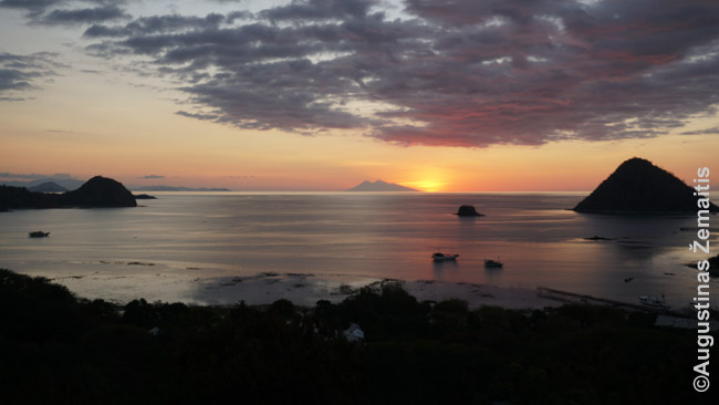 Salos ir salelės greta Labuan Badžo žvelgiant iš mūsų viešbučio. Priešingai daugeliui Indonezijos vietų, Labuan Badže gausu viešbučių su gražiu vaizdu - prisitaikyta prie užsieniečių