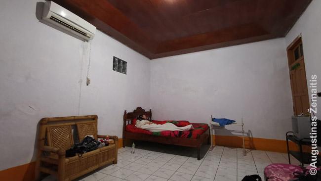 Sapės svečių namų kambarys. Įprasta, kad jie be langų - tėra grūdinto stiklo langelis virš lovos. Gaisro atveju - tikri spąstai, bet Indonezijos užkampiuose saugumas niekada nerūpi.