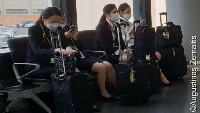 'Jin Air' įgula keleivių laukimo salėje laukia skrydžio
